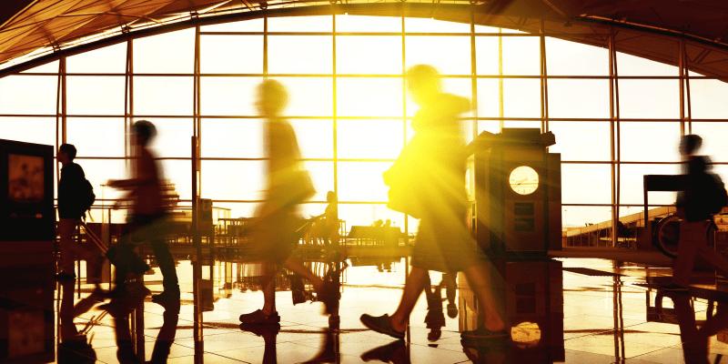 旅行者が行き交う空港のロビーー画像